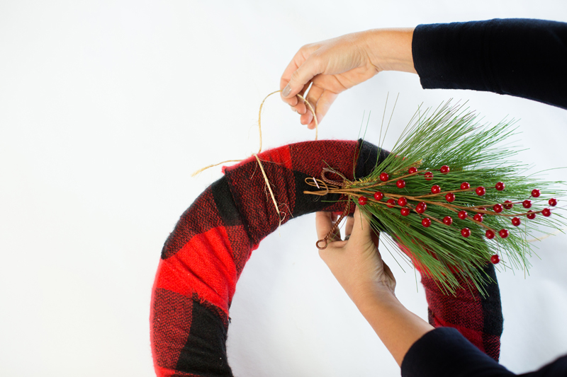 DIY_ScarfWreath_Ampersand_Command7