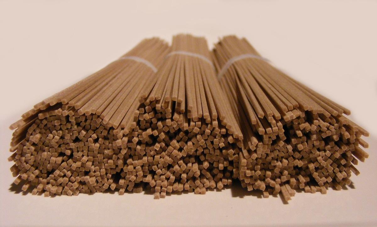 Dried_soba_noodles_by_FotoosVanRobin.jpg