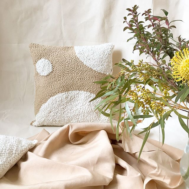 💛🌿 #afternoonswimtextile . . #textileart #fiberart #textiledesign #texture #rughooking #punchneedle #pillowlove #homedecor #bohodecor #lifestlye #텍스타일 #텍스타일디자인