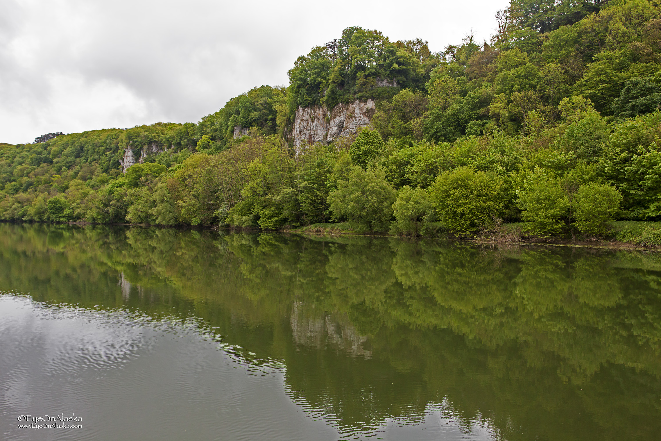 The cliffs along the Doubs river keep growing as work our way towards Besançon.  It's beautiful country.