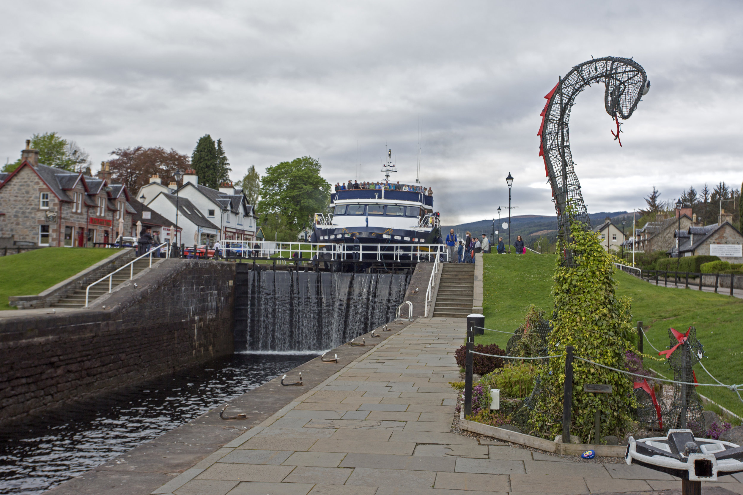 The next morning, we watch at the Lord of the Glens makes its way down the steps.  It's the largest boat that can fit (just barely) through the locks on the Caledonian Canal.