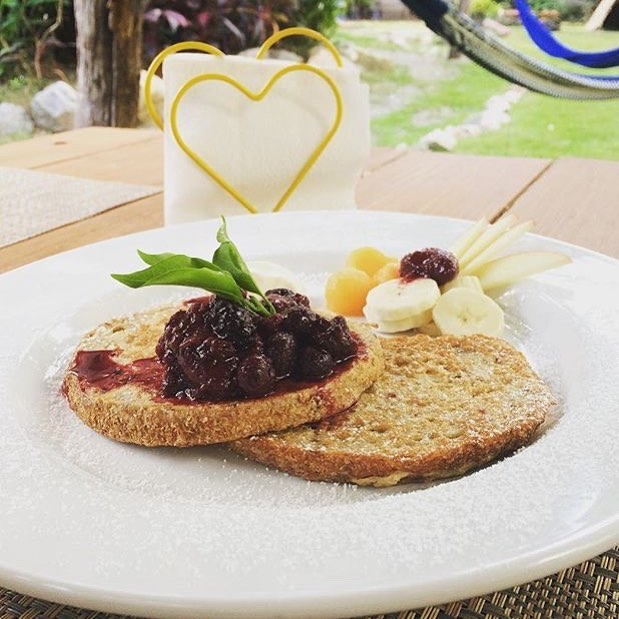 Do you know that we have one the the most Bonito places to have delicious BREAKFAST in #sayulita? And you are #allinvited 🍳 🍓☕️🍩🌳🍊🍞🍯🌿in the #secret #garden of #villasayulita #hotel 👉this is #Frenchtoast with #homemade #mermelade and #fresh #fruits  #great #chill #relax #enjoy #behappy #yoga #yogaeveryday ALL INVITED #smoothiebar #beautiful #permaculture #ducks #chickens #fishes #love #vegetable #garden #temazcal #delicious #freshfood #picoftheday