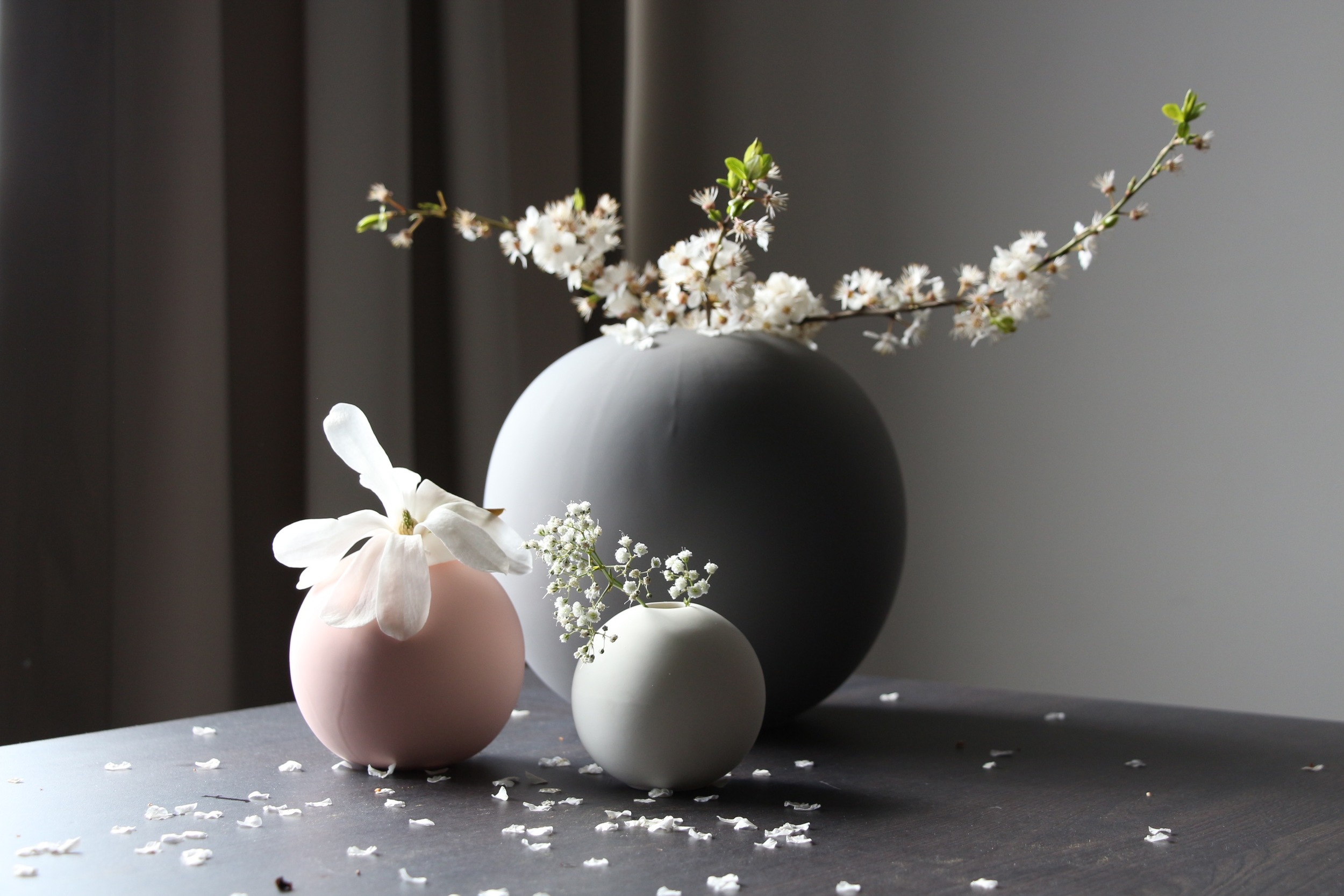 Ball vases in grey, dusty pink and sand.