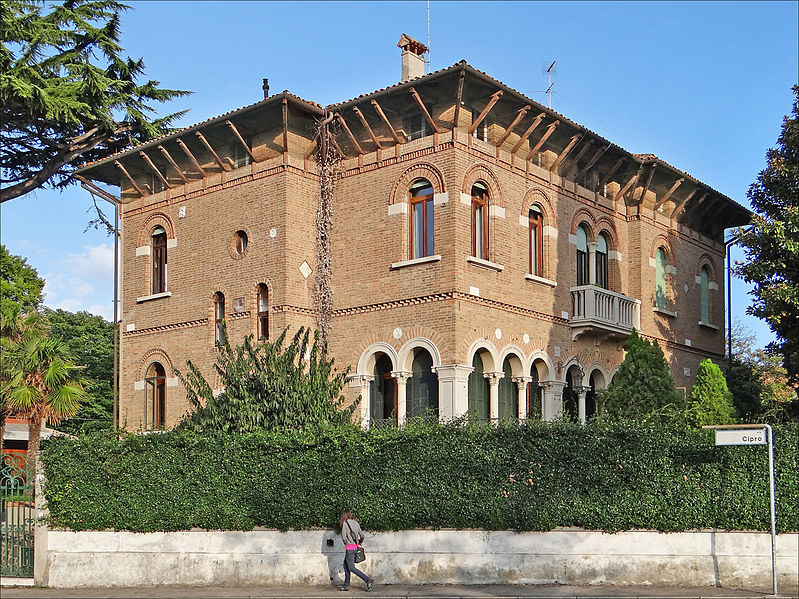 799px-La_villa_Lombardi_ou_villa_Lazzi_(Lido_de_Venise)_(8150518917).jpg