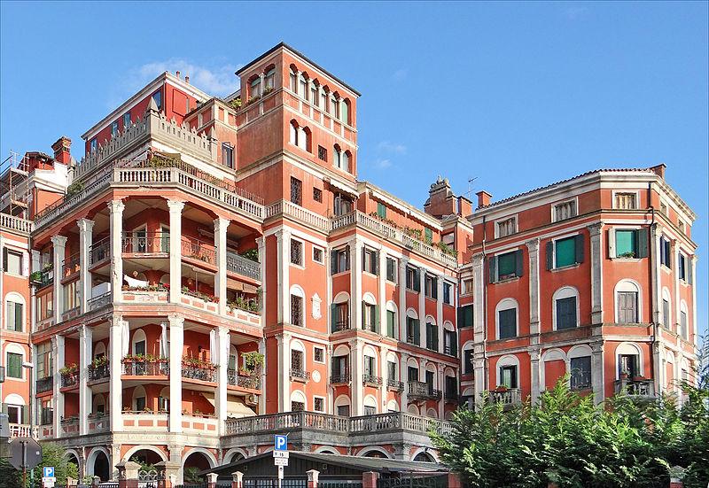800px-Limmeuble_-Grande_Italia-_(Lido_de_Venise)_(8148161554).jpg