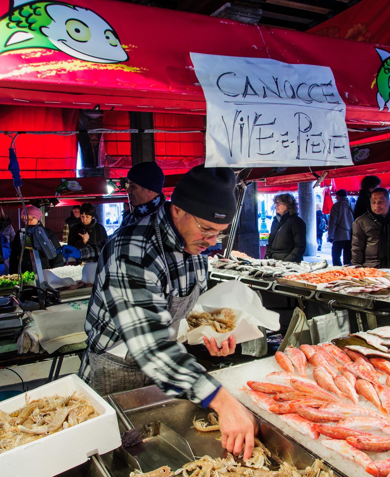 mercato-del-pesce-rialto-venezia-bancarella.jpg