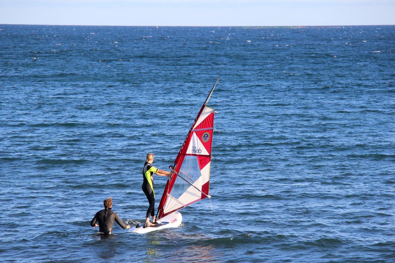 Fanatic Boarders Centre - Gran Canaria – Windsurfcentre, Schulungen, Verleih, north windsurf, ion  Das Fanatic Boarders Center Gran Canaria ist das größte, beste und älteste Windsurfschule auf Gran Canaria. Das Fanatic Borders Center steht auf dem Gelände das Orchidea Hotal in Bahia Feliz.Es liegt zwischen Pozo Izquierdo und dem beliebten Ferienort Maspalomas und Playa del Ingles. Wir haben Boards von Fanatic, Segel von North Windsurf, außerdem bieten wir auchKayaks und SUPen an.  An unser kleinen Strandhaben wir den Wind entweder von links oder von der rechts, wir haben Flachwasser, kleinen Chop oder auch manchmal kleine Wellen. Die Konditionen sind idealfür Flachwasser rasen, um Freestyle oder Slalomtraining und die ruhigeren Bedingungen am Morgen sind perfekt für Anfänger oder auch Fortgeschrittenere. Wenn die Bedingungen besser in Pozo, Vargas, Arinaga oder Burrero sind, dann würden wir einen Tagesausflug dorthin machen.  windsurfen / spanien / kanarische inseln / windsurfcenter / windsurfstunden / sup stunden / windsurfmatrial verleih / windsurfen für kinder / wellenreiten / surfen / windsurfmatrial lagerung / windsurfen urlaub / windsurf urlaub spanien / windsurfsegel / windsurf spaß / sup unterricht / sup stunden / sup verleih / kiten / windsurfen in wellen / windsurfen auf flach wasser / windsurfmaterial / windsurfcamps / windsurfen feriencamps / sommercamps / kindercamps / familien urlaub / windsurfunterricht / kiteunterricht / sporturlaub / kitecamps / sup safari