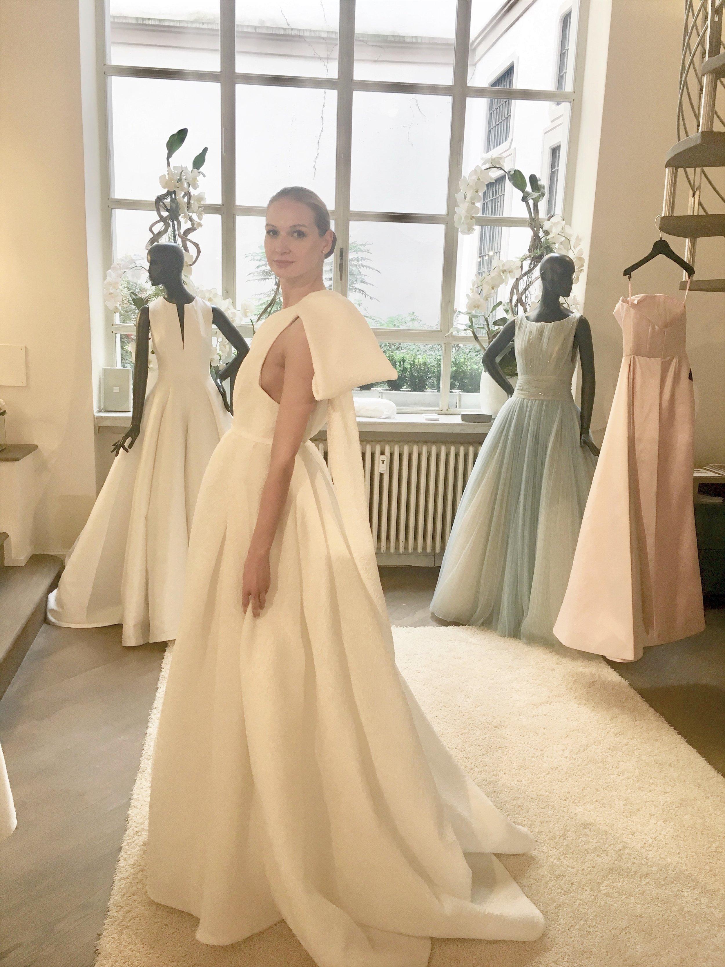Modelo con uno de los vestidos de su colección 2020 durante nuestra visita.al atelier. Vestido en organza jacquard, un solo hombro con maxi lazo.