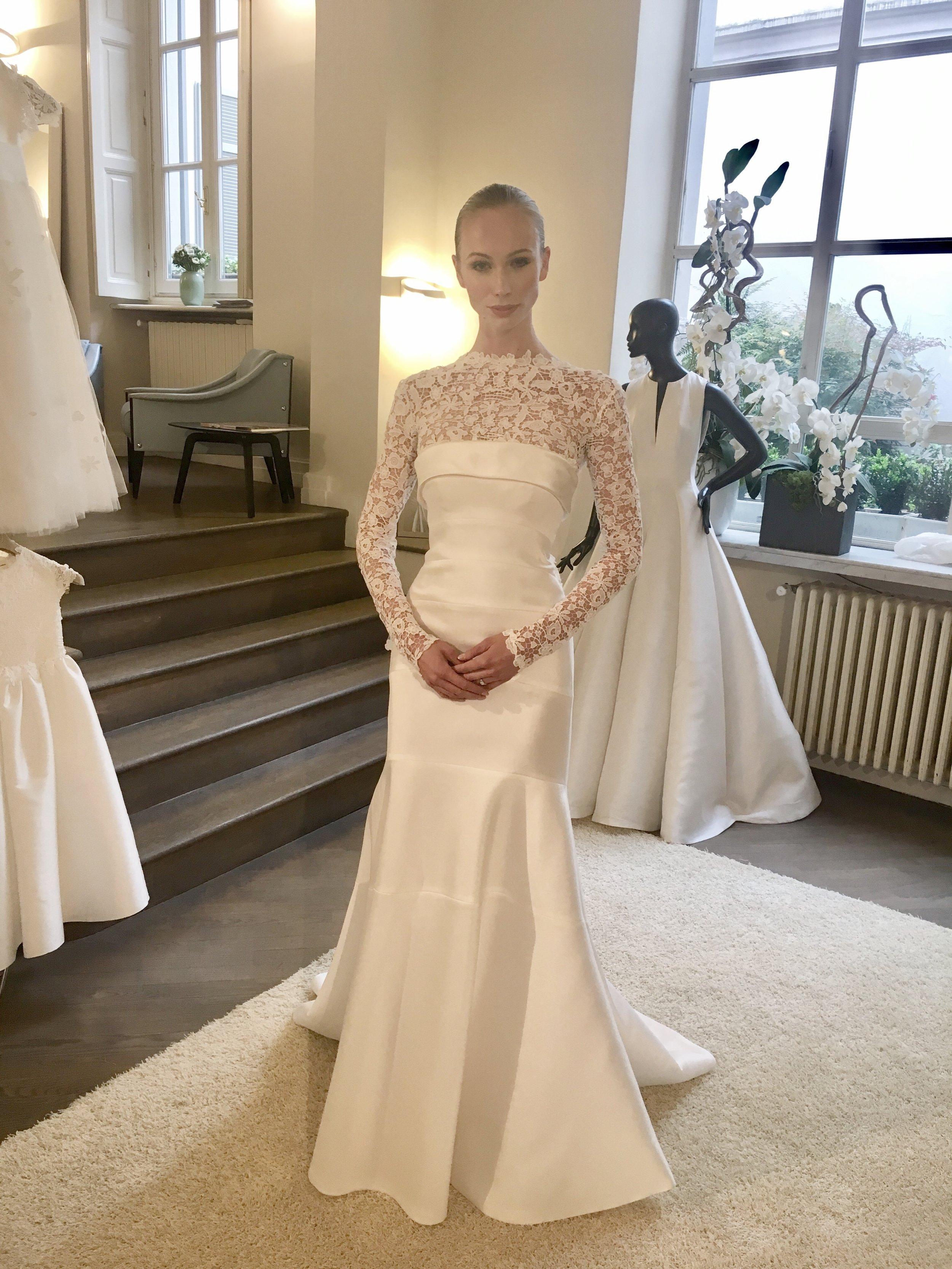 Durante mi visita: Este vestido strapless en seda magnolia, tiene como accesorio una capa removible en encaje con mangas largas.