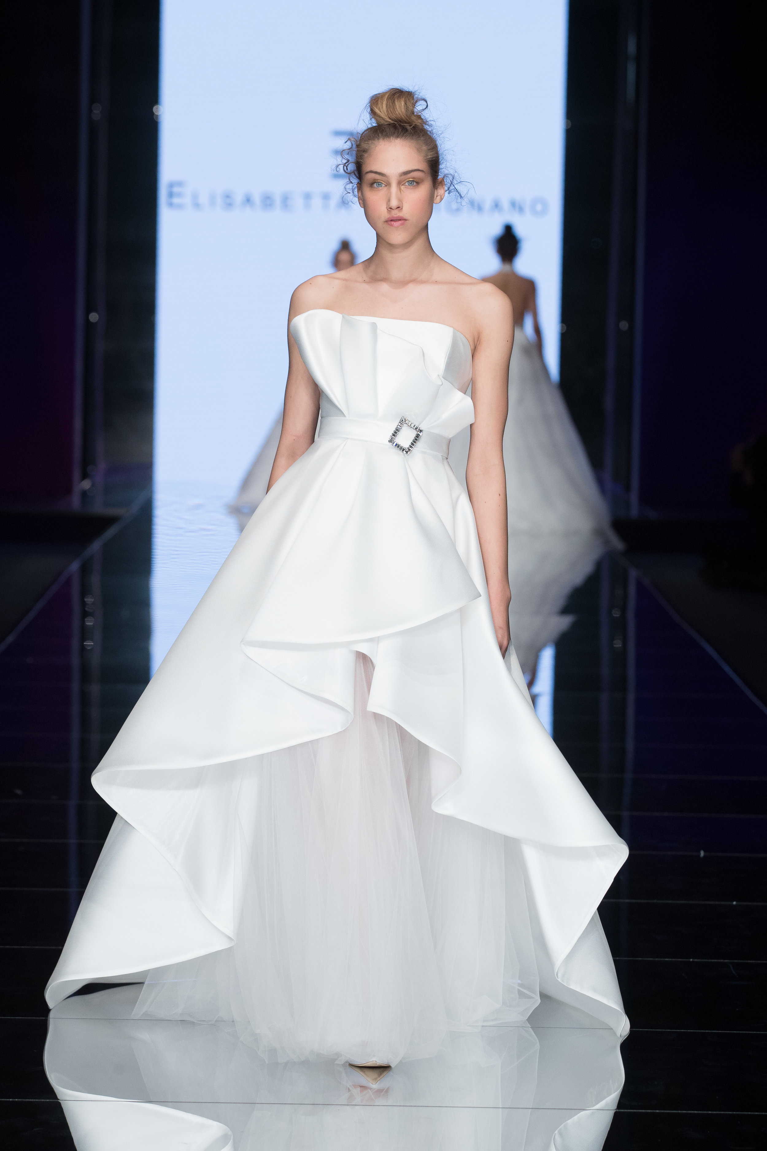 Vestido: Elisabetta Polignano / Pasarela:    Sì SposaItalia Collezioni     Milano Bridal Week