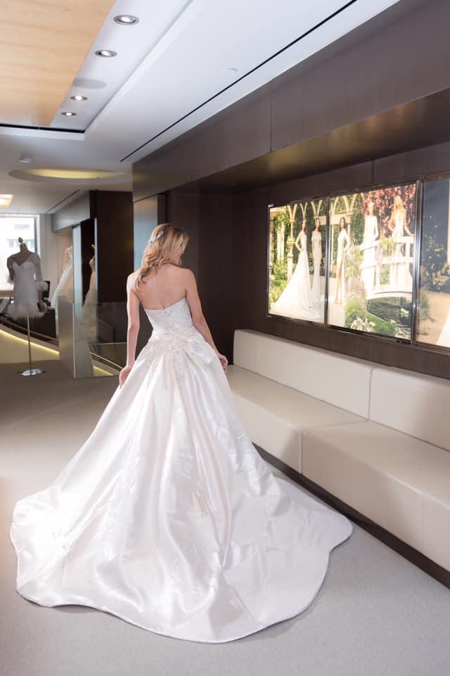 Vestido Pronovias - Cruise 2020 Collection - Vestido en perlado metálico con bordado brillante sobre el escote corazón - Foto Vera Franceschi