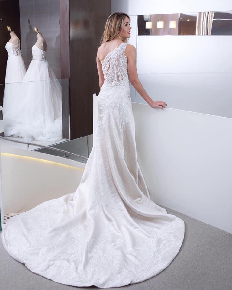 Vestido Pronovias - Cruise Collection 2020 - Vestido one shoulder con bordado de aplicaciones en forma de plumas. Foto Vera Franceschi