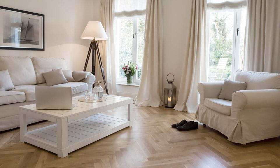 Offene, stilvolle Wohnbereiche bieten entspannte Rückzugsmöglichkeiten