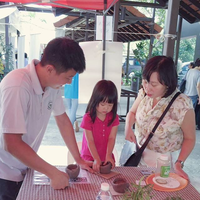 Good Sunday morning. Spend the weekend with the family for good food, fresh produce, clay making and get some fresh air.  The @farmersmarketsg I'd happening at D'Kranji Farm Resort from 12pm to 5pm.  Bring your groceries bags and cash!  #farmersmarketsg #sgyoungfarmers #singapore #supportlocal #buylocal #eatlocal