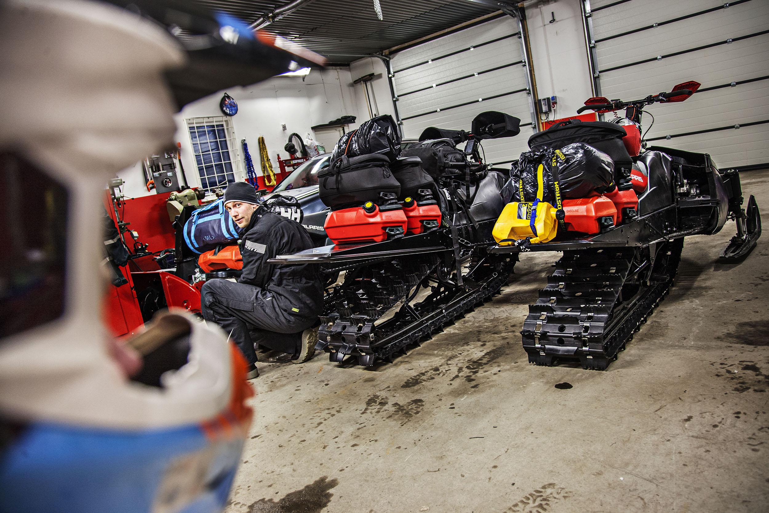 Jonas spänner fast packningen på sin SRV 540 som i likhet med de två andra maskinerna tappat mellan 30-40 kilo i onödig vikt och fått boggies, drivmattor samt tankar från moderna snöskotrar. Det kan även hända att effekten som uppges i respektive registreringsbevis är lite missvisande.