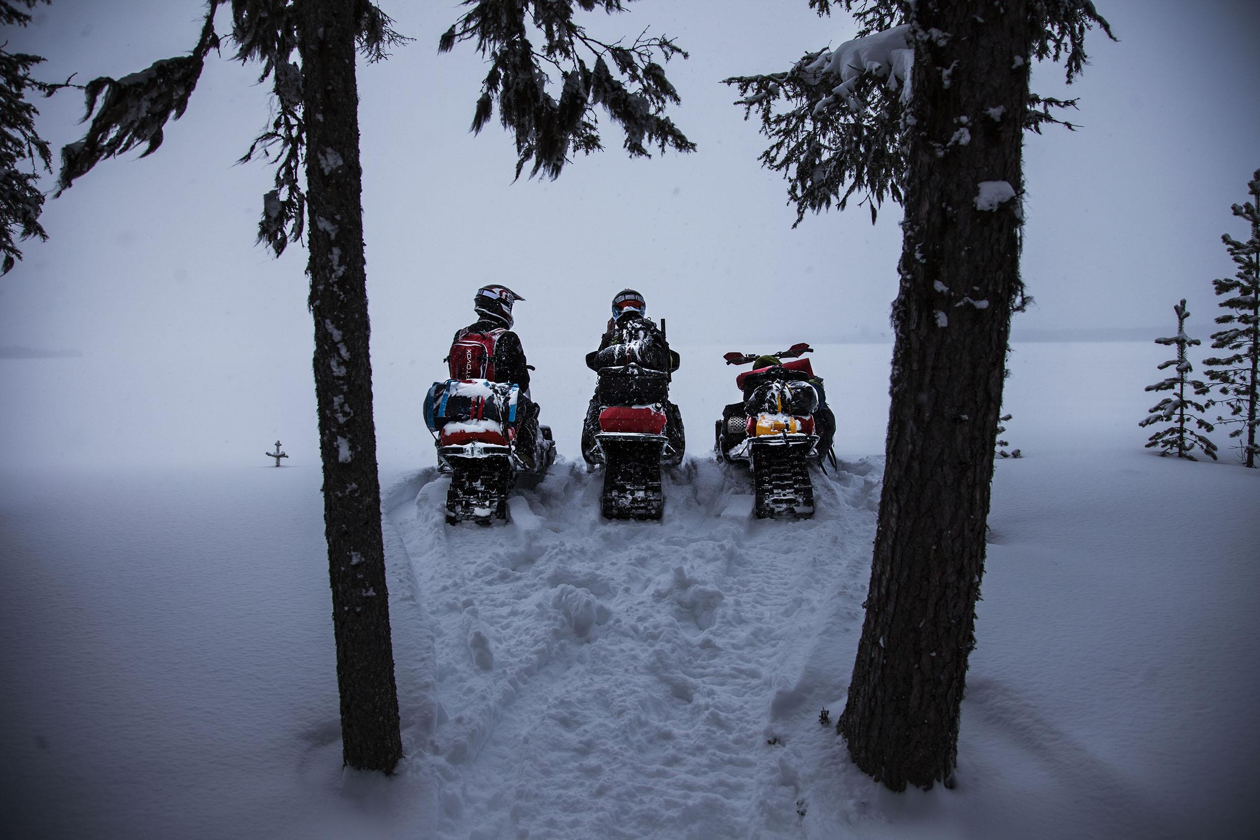 Vid kanten av den cirka sju kilometer långa sjön Lauker, möttes vi av en tät dimma och lätt snöfall.