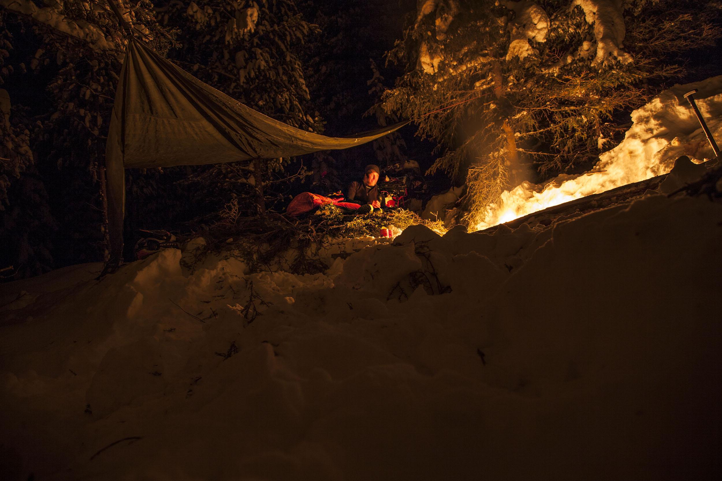 Natten började på bästa tänkbara sätt bredvid elden på en väl tilltagen bädd av granris. Synd bara att temperaturen under småtimmarna gick från cirka tre minusgrader till - 17. Detta föranledde en del roliga ordväxlingar då det visade sig att jag inte var den enda som låg vaken och hackade tänder.