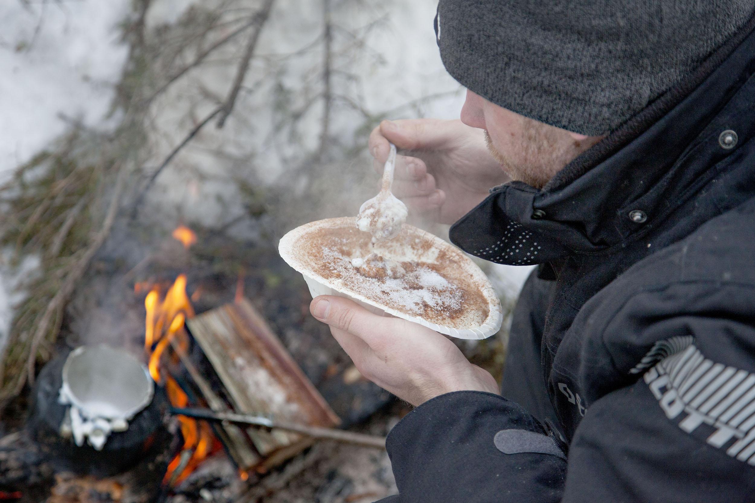 """Den norska äventyraren Lars Monsen agerade inspirationskälla när det kom till val av frukost. Är dock osäker på om det är risgryns- eller mannagrynsgröt som vildmarkslegenden Monsen brukar """"spise"""" på sina turer."""