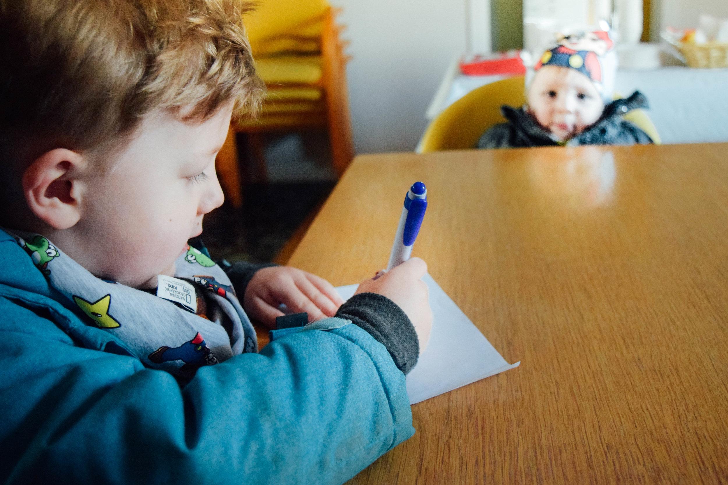 Barnen gavs möjlighet att skriva önskelistor och rita teckningar till tomten. Som själv även närvarade under slutet av dagen. Alla barn som lämnade en teckning fick dessutom välja en present. FOTO: Johan Beijer, KUXAGRUPPEN AB