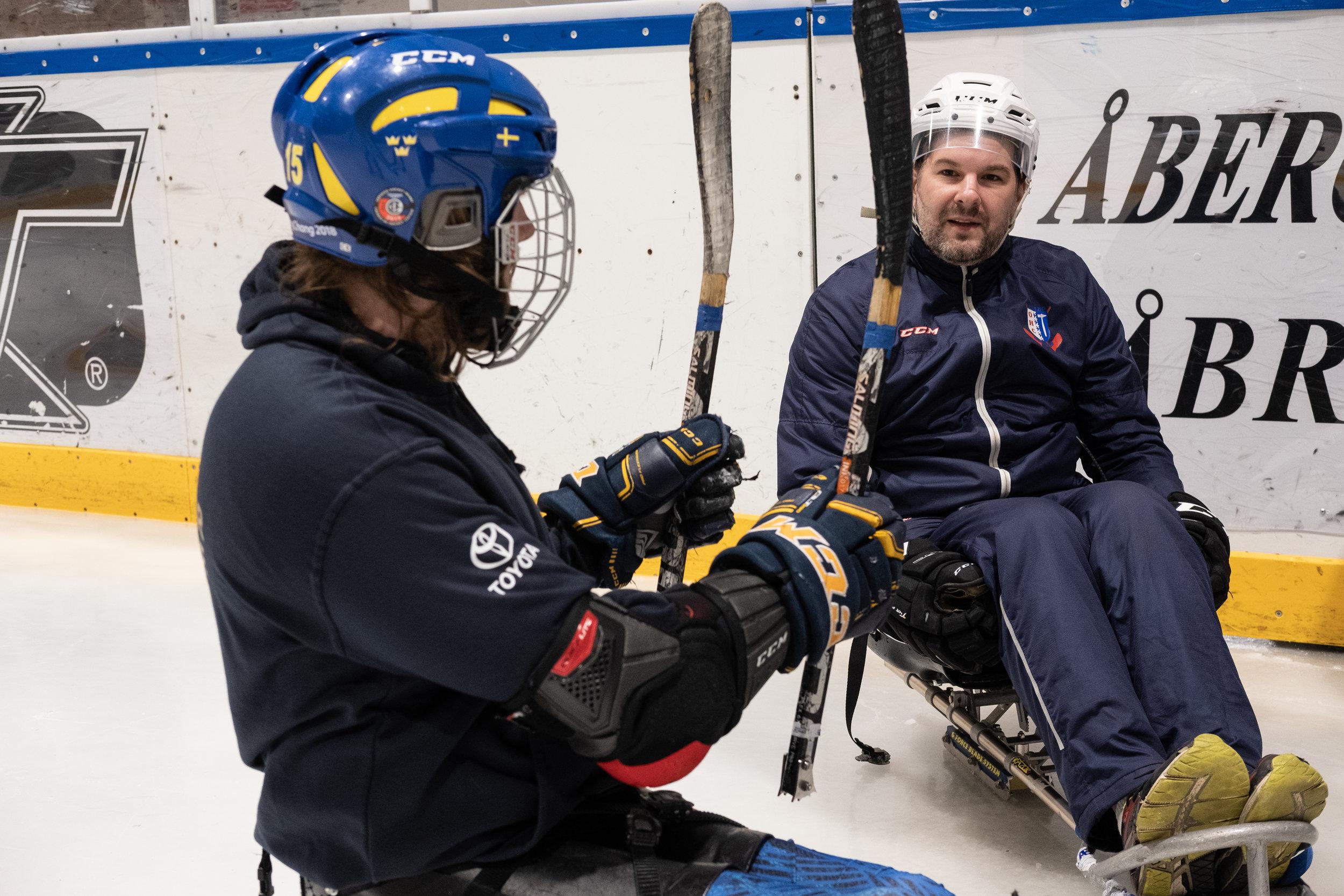 Ockelbo Hockey Clubs veteran Björn Rosén var en av många som provade på parahockey. På bilden får han direktiv av Christian Hedberg. Foto: Johan Beijer, 2019, KUXAGRUPPEN AB
