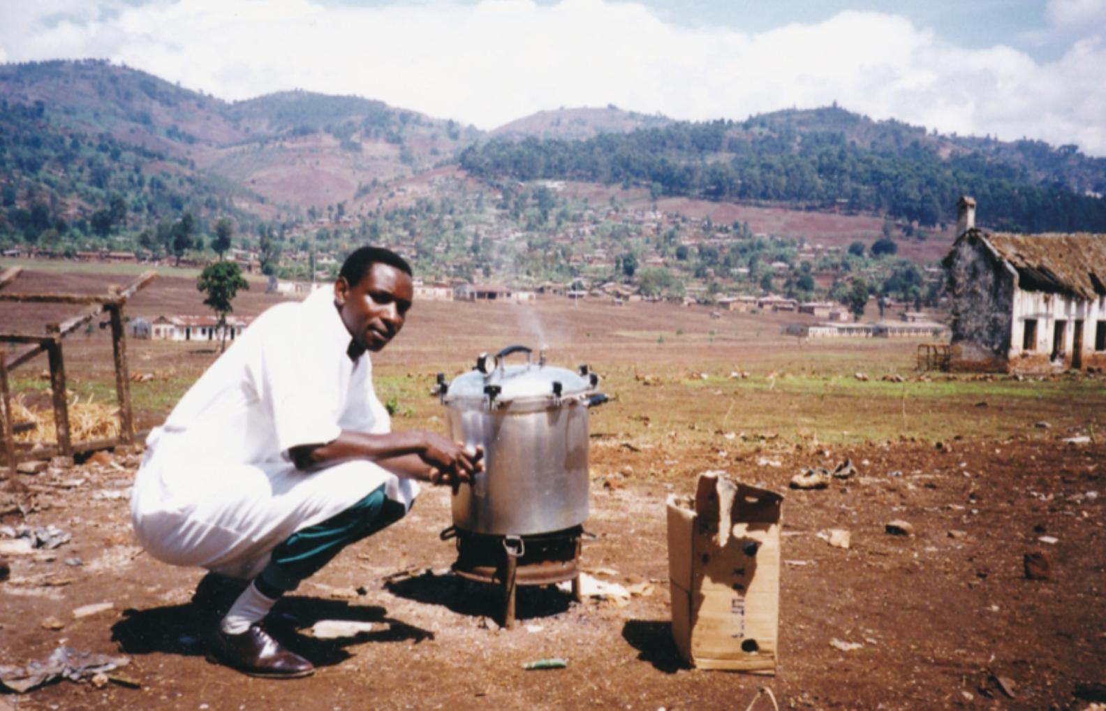 En tidig bild från Panzi sjukhus cirka 1998, här kokas instrument för desinfektion