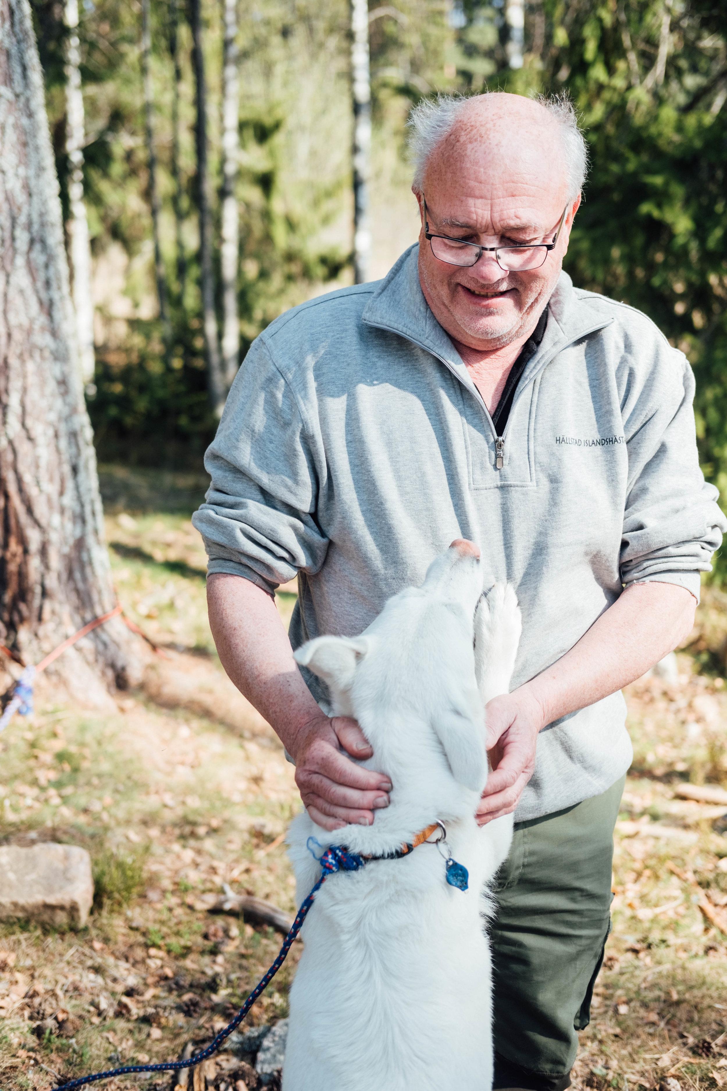 Roger Bratt med en av sina hundar. FOTO: Mattias Färnstrand, Kuxagruppen AB