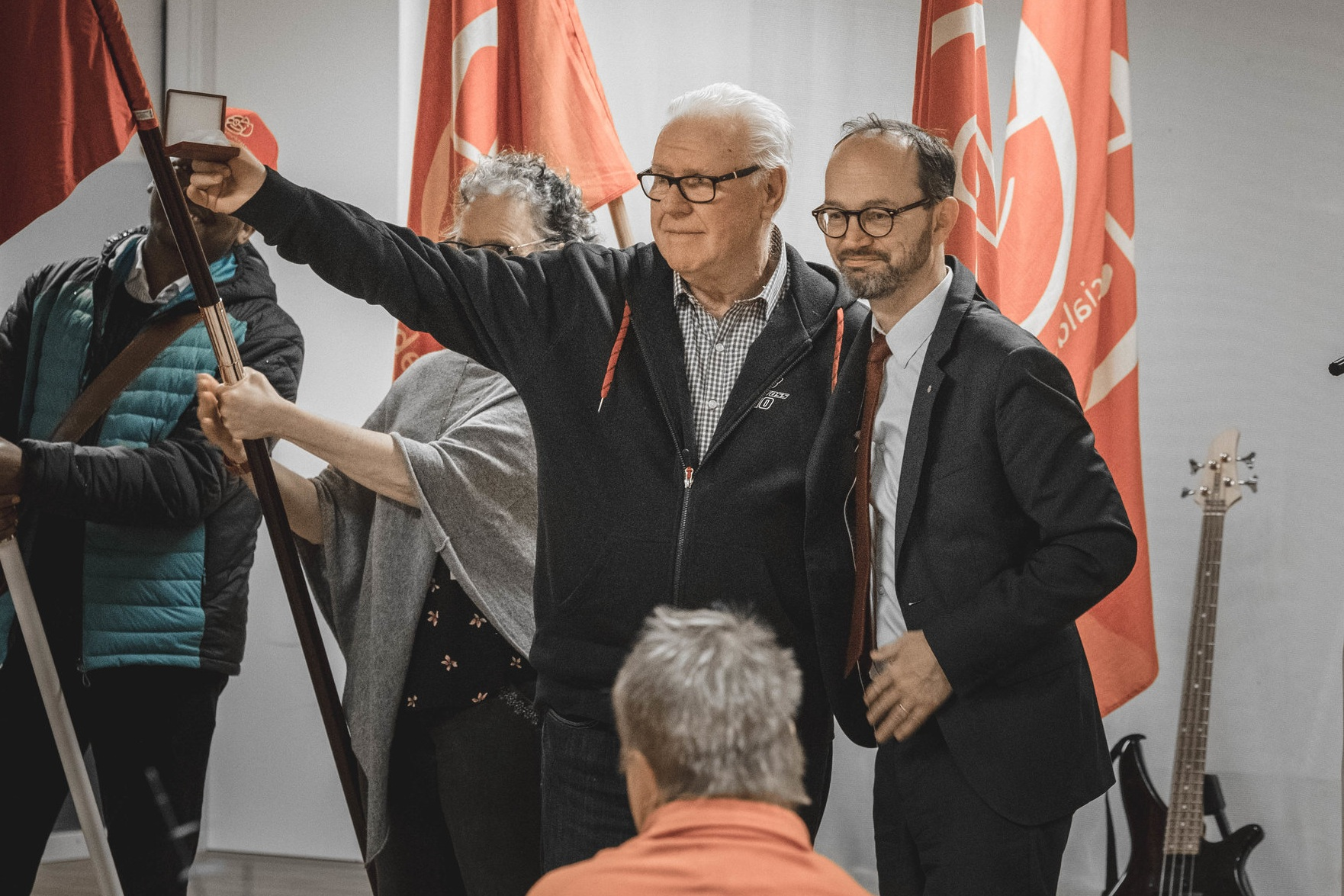 Lennart Åhlén mottar Brantingpriset av infrastrukturminister Tomas Eneroth.