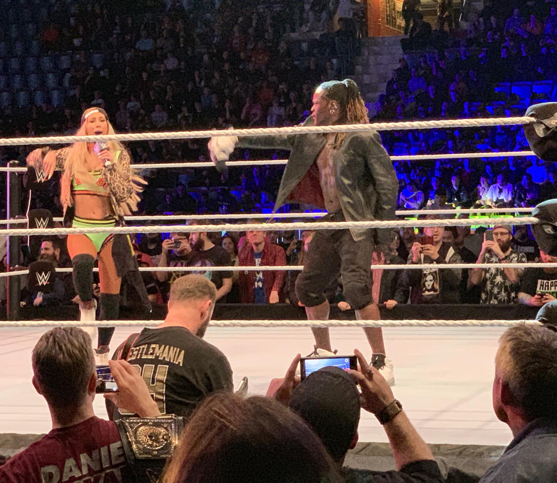 Carmella och R-Truth gjorde ett bra jobb med att skapa en bra atmosfär, både med hjälp av god wrestling och arbete på mikrofonerna.  FOTO: Johan Beijer, Kuxagruppen AB