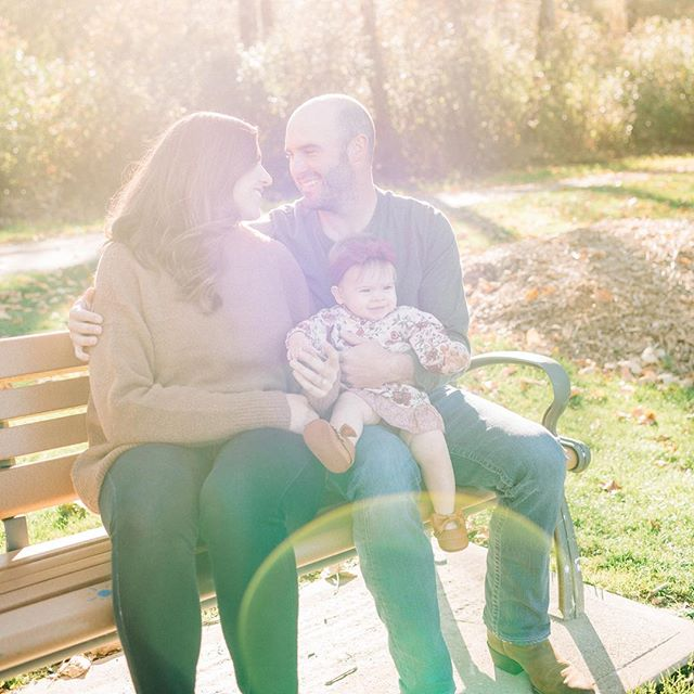 keep your face⁣⠀ always toward the ⁣⠀ sunshine and⁣⠀ the shadows will⁣⠀ fall behind you.⁣⠀ -walt whitman⁣⠀ //⁣⠀ #benandjoella #happyfamily #familyphotography #sunshine #sunflare #familyphotographer