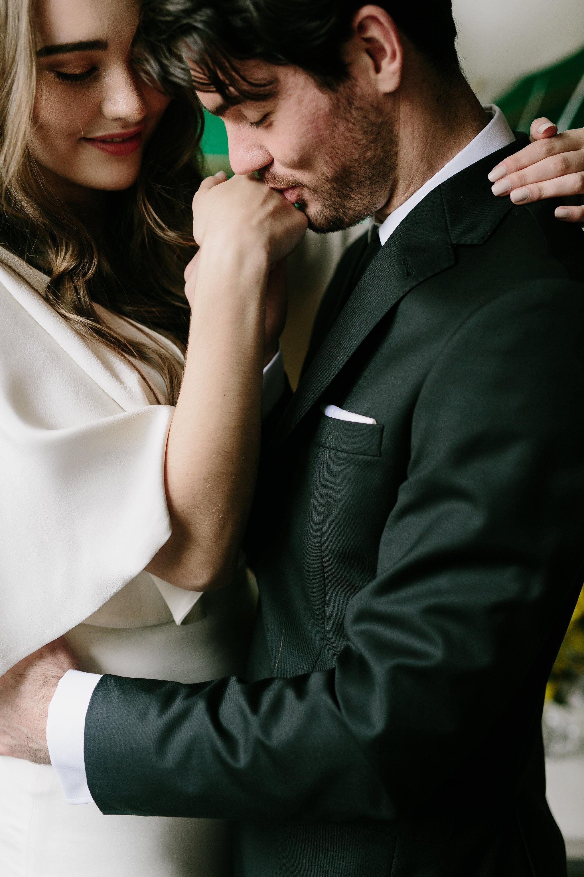 Italia Editorial shoot Bride and groom kiss