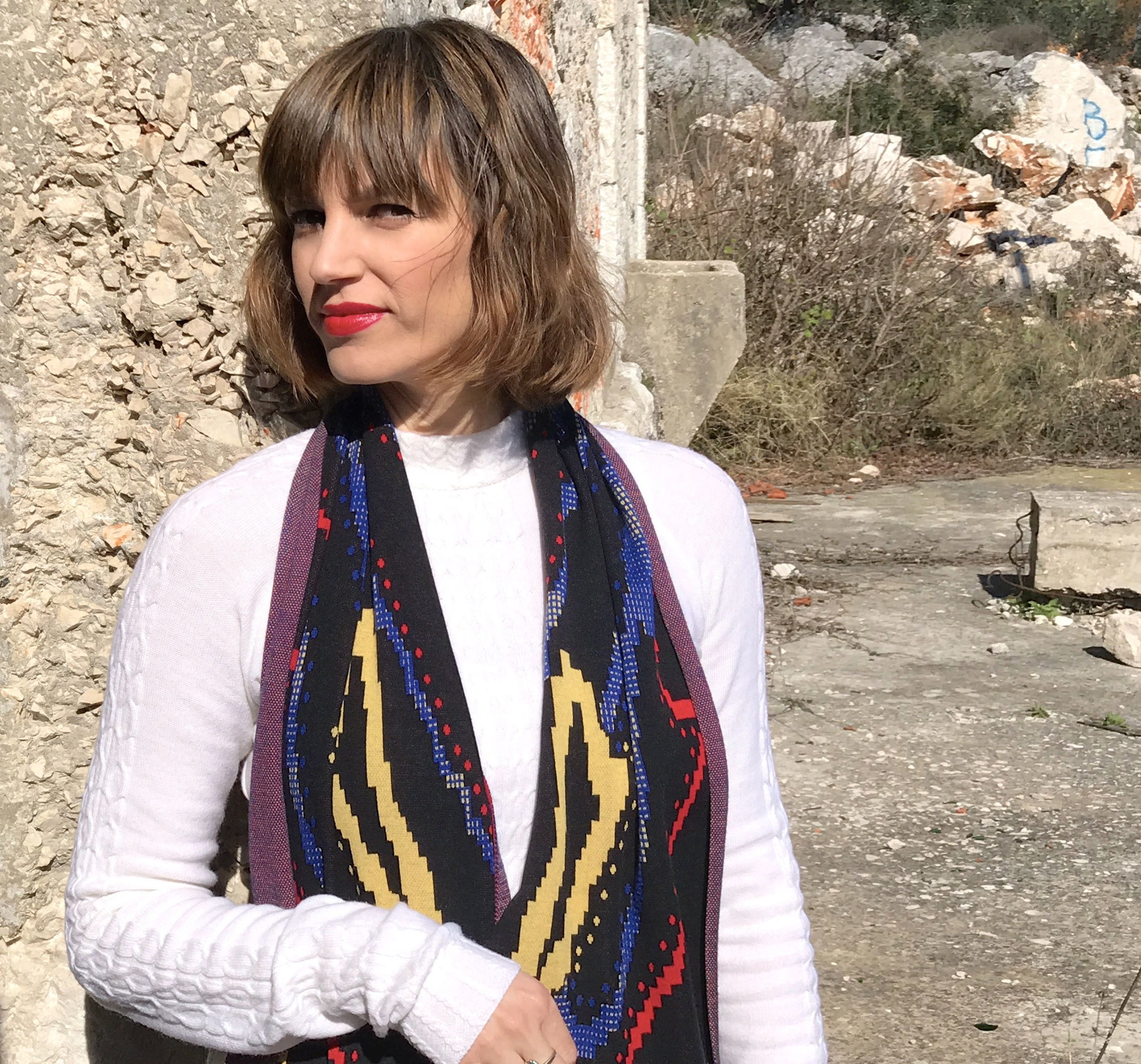 Susana Bettencourt sent me 2 beautiful garments, a white knitted dress and a colourful knitted scarf so I can wear it, feel it and style it not only for this blog post, but for different occasions. I styled it in different ways for you to see and to fall in love with her design.