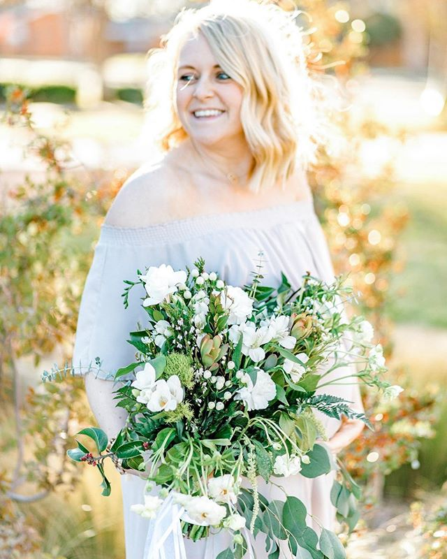Even though Taylor has already given birth to little baby beau, we're still reminiscing on her maternity photos. . . Bouquet: @earlyblooms 🌿