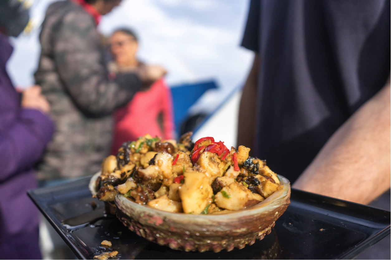 "SeaFood Seduction最大亮点之一就是现场捕捞鲍鱼,并且烹饪。Pennicott 也是澳洲,也许是世界上仅有的合法的在海上烹饪鲍鱼的公司。 塔斯马尼亚的鲍鱼产量占据了全球了四分之一,并且有着非常严格的品控和生产工艺,保证了这个产业可持续性的发展。  谢霆锋的美食节目""十二道锋味""当时也是着重的介绍了这一特色项目。不得不说,这绝对是塔斯马尼亚路线上不可错过的活动!"