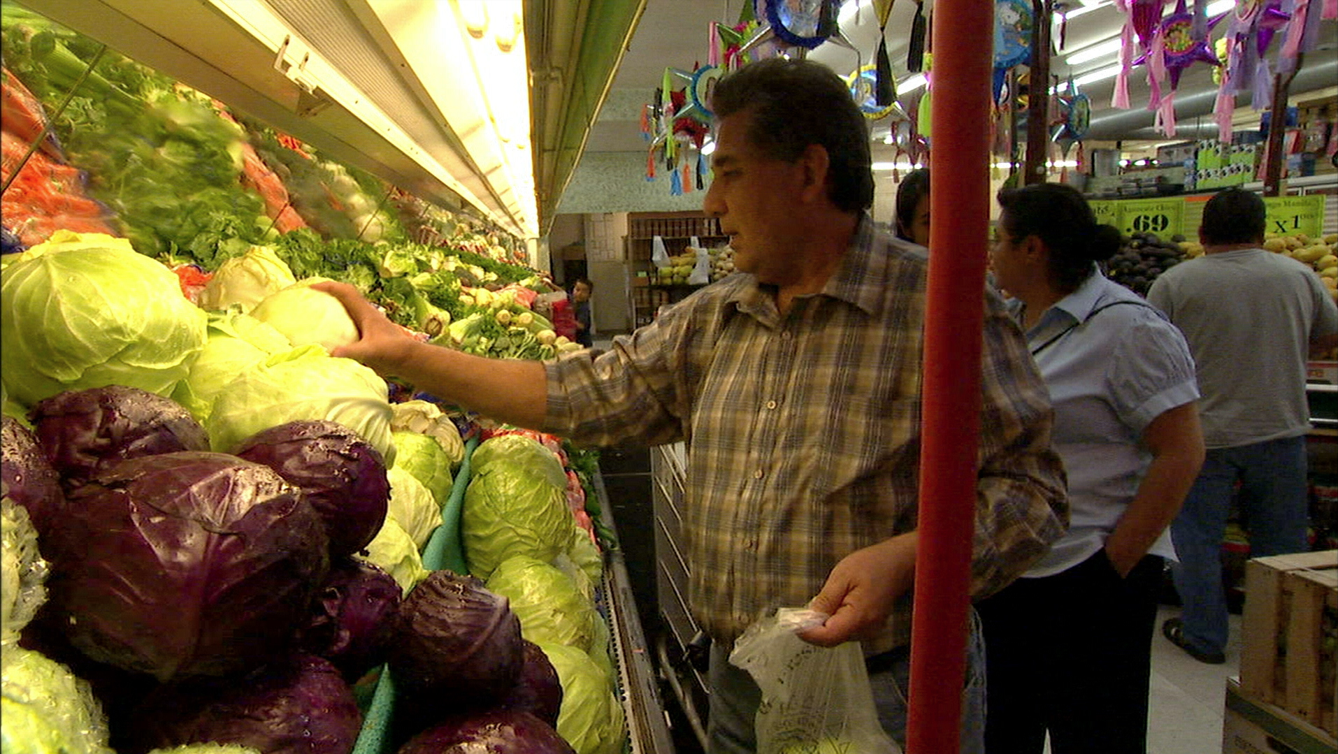 FOOD INC_Orozcos at market.jpg