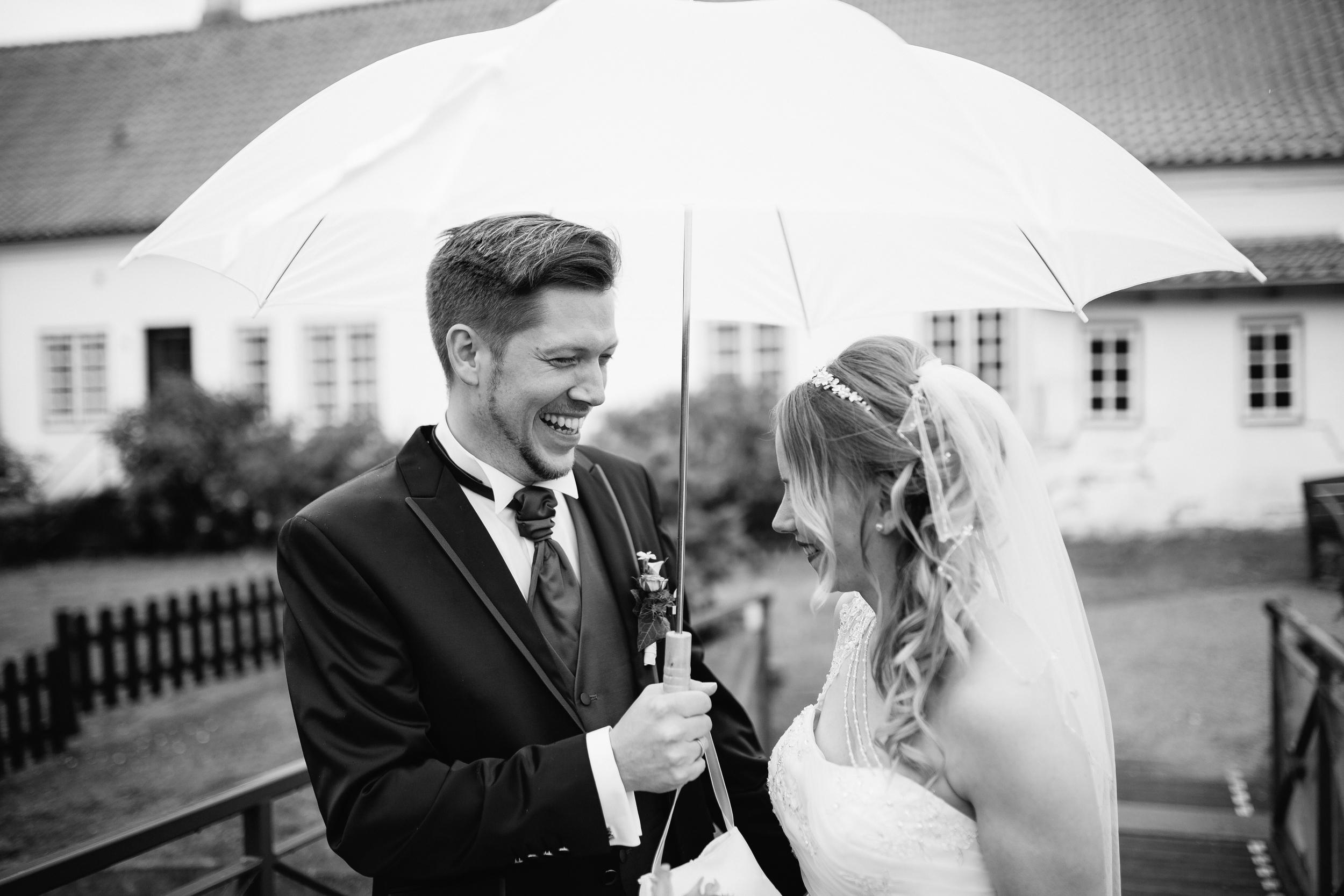 Wir sind MEHR als zufrieden! An unserem Hochzeitstag wurden wir nicht durch einen verspäteten Pastor überrascht sondern auch starke Regenshower haben uns etwas aus der Bahn geworfen. Wir hätten niemals gedacht das wir trotz des Regens so tolle Bilder zaubern! Liebsten Dank dir für deine wundervolle künstlerische Arbeit!