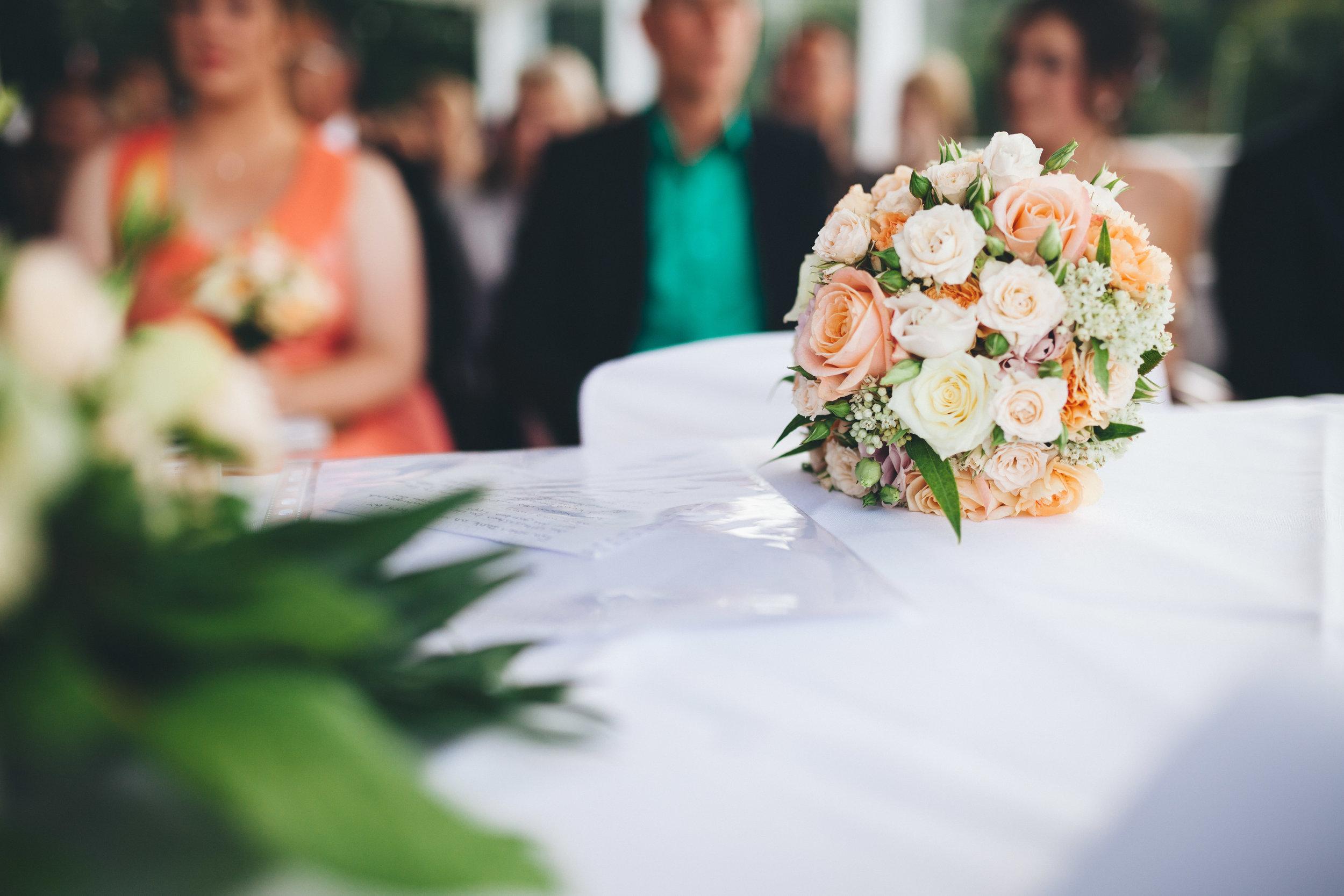 Ein Brautstrauß liegt bei einer Trauung im Seebad Düsterbrook auf dem Tisch. Die Nahaufnahme hat Hochzeitsfotograf Phil Schreyer 2016 gemacht.