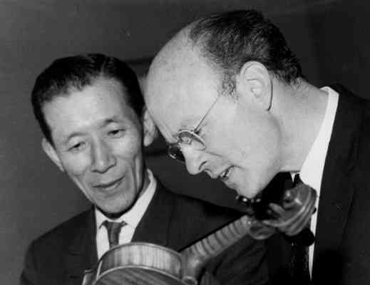 suzuki-kendall-examine-violin.jpg