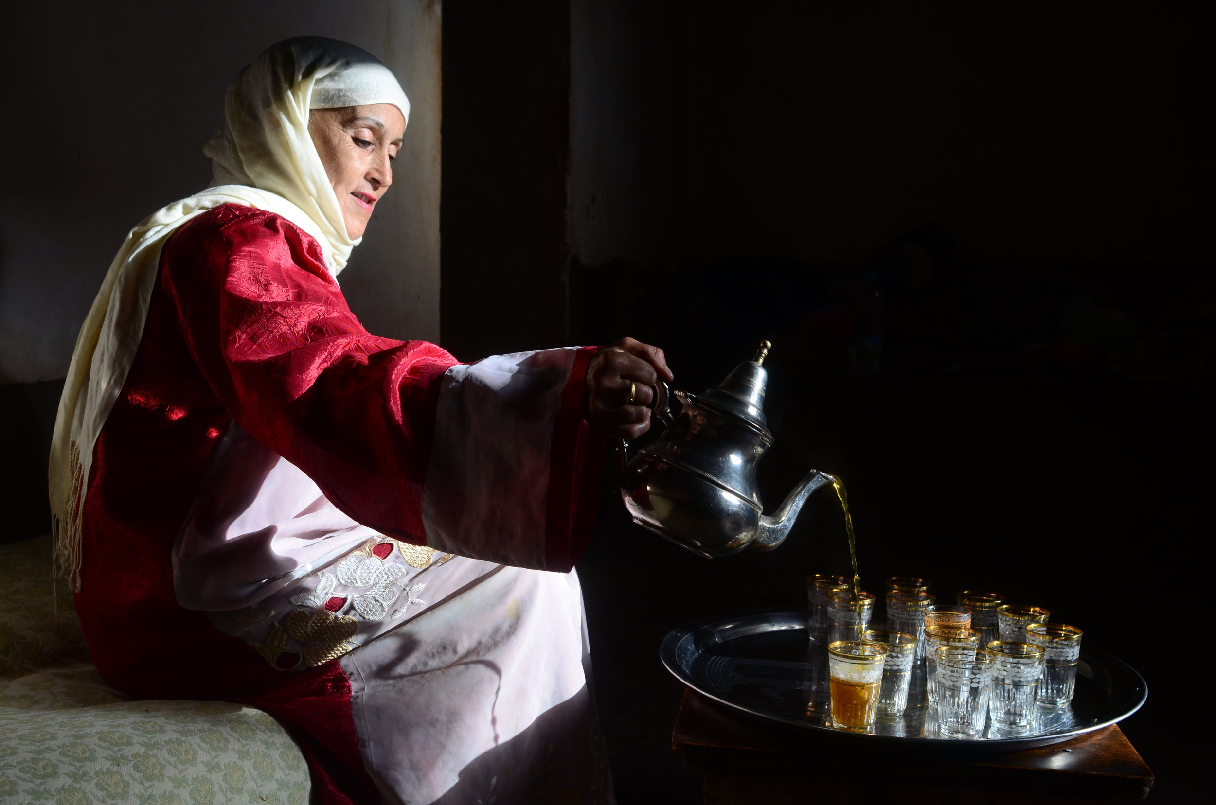 Moraccan tea woman.JPG