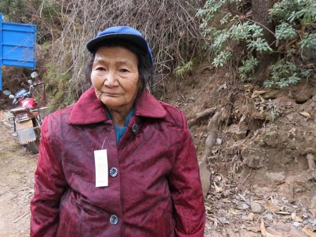 Lisu women gets a new winter coat part 2