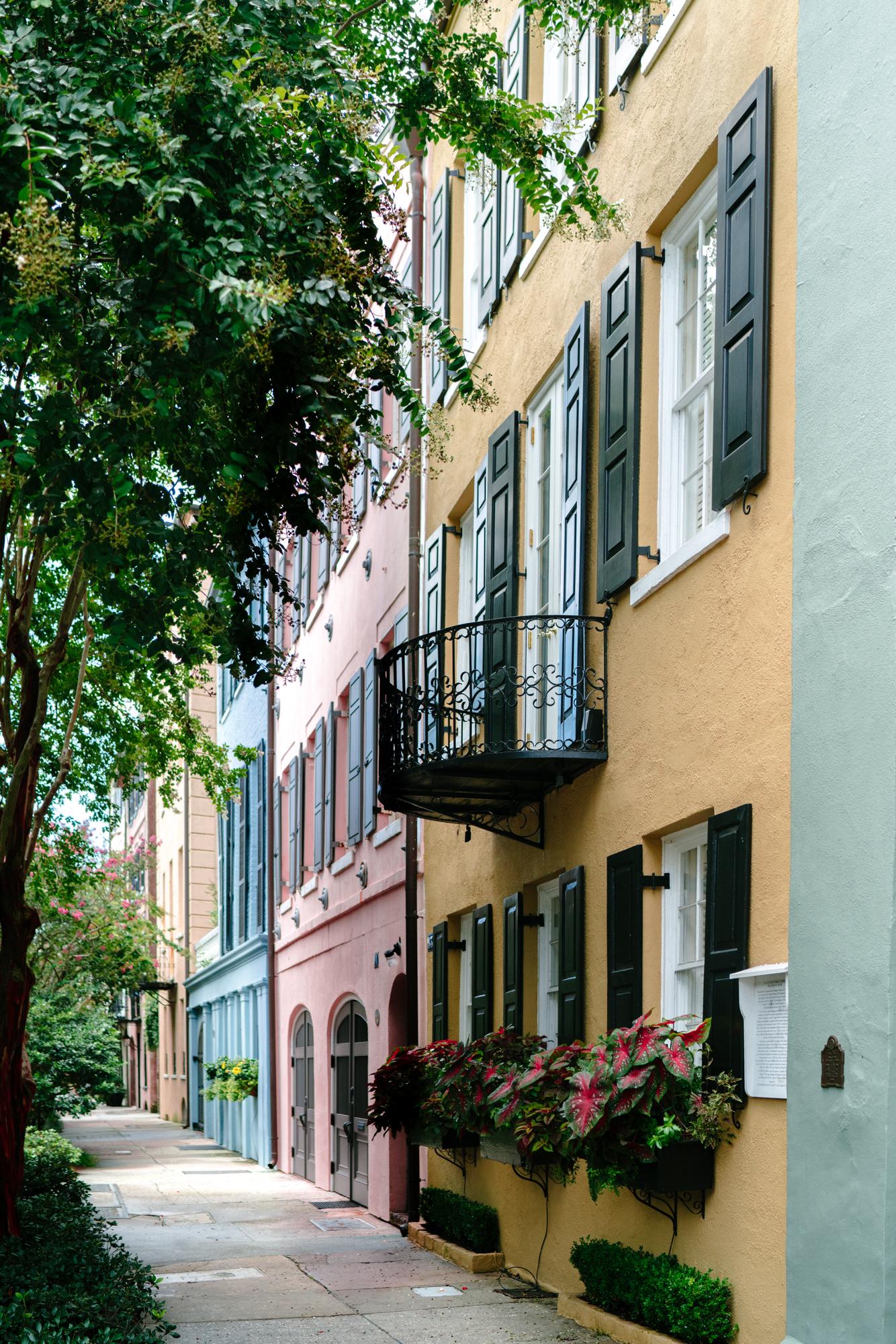 Rainbow Row Charleston | Never Settle Travel