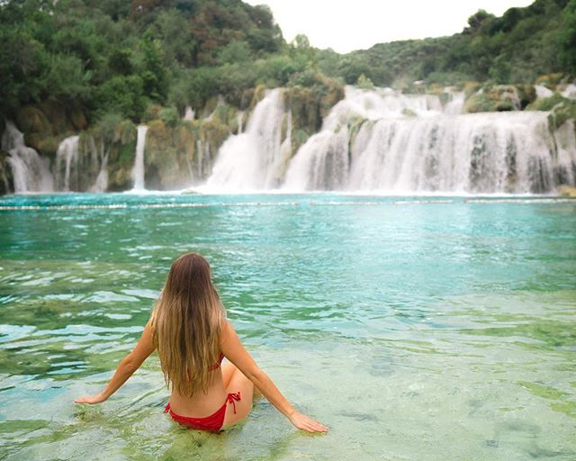 If you had to choose between  exploring these stunning waterfalls or sailing the islands in Croatia, which would you pick?  Krka National Park is one of those places I saw on Pinterest years ago and immediately added to my bucket list, so the choice was easy for me. I wouldn't hesitate to go back and spend a week in the islands though!  #bucketlist #beautifuldestinations  #iammissadventure #croatia  #visitcroatia #chasingwaterfalls #sidewalkerdaily #darlingescapes #flashesofdelight #sheexplores #sheisnotlost #agameoftones #wanderlust #pursuepretty #friyay #jcrew #jcrewalways #houstonblogger #buildandbloom #letsgoeverywhere #sheadventures