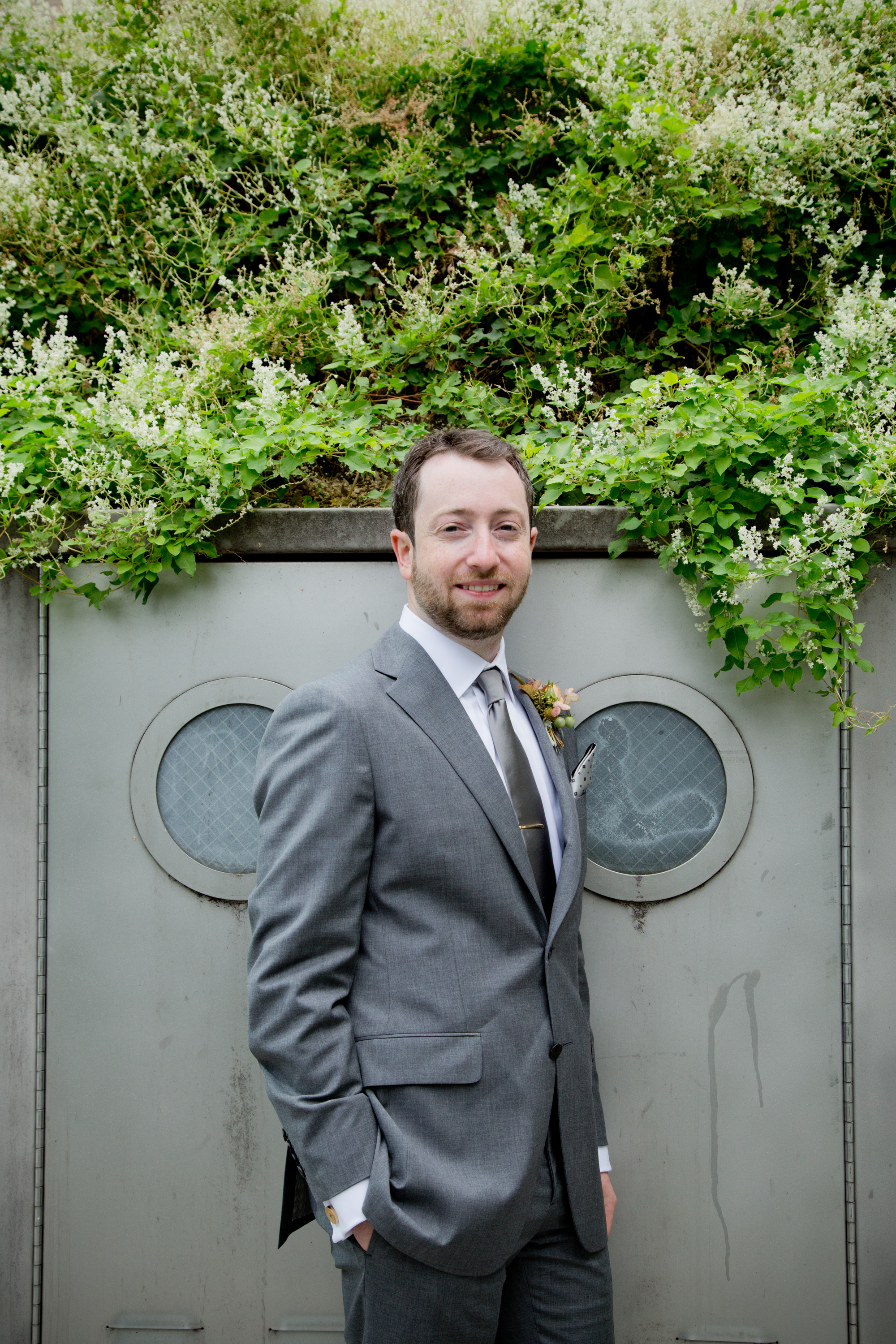055_CarlyGaebe_SteadfastStudio_WeddingPhotography_Readyluck_NewYorkCity_Brooklyn_LongIslandCity_GantryStatePark_EastRiver_Waterfront_Fall_Groom.jpg