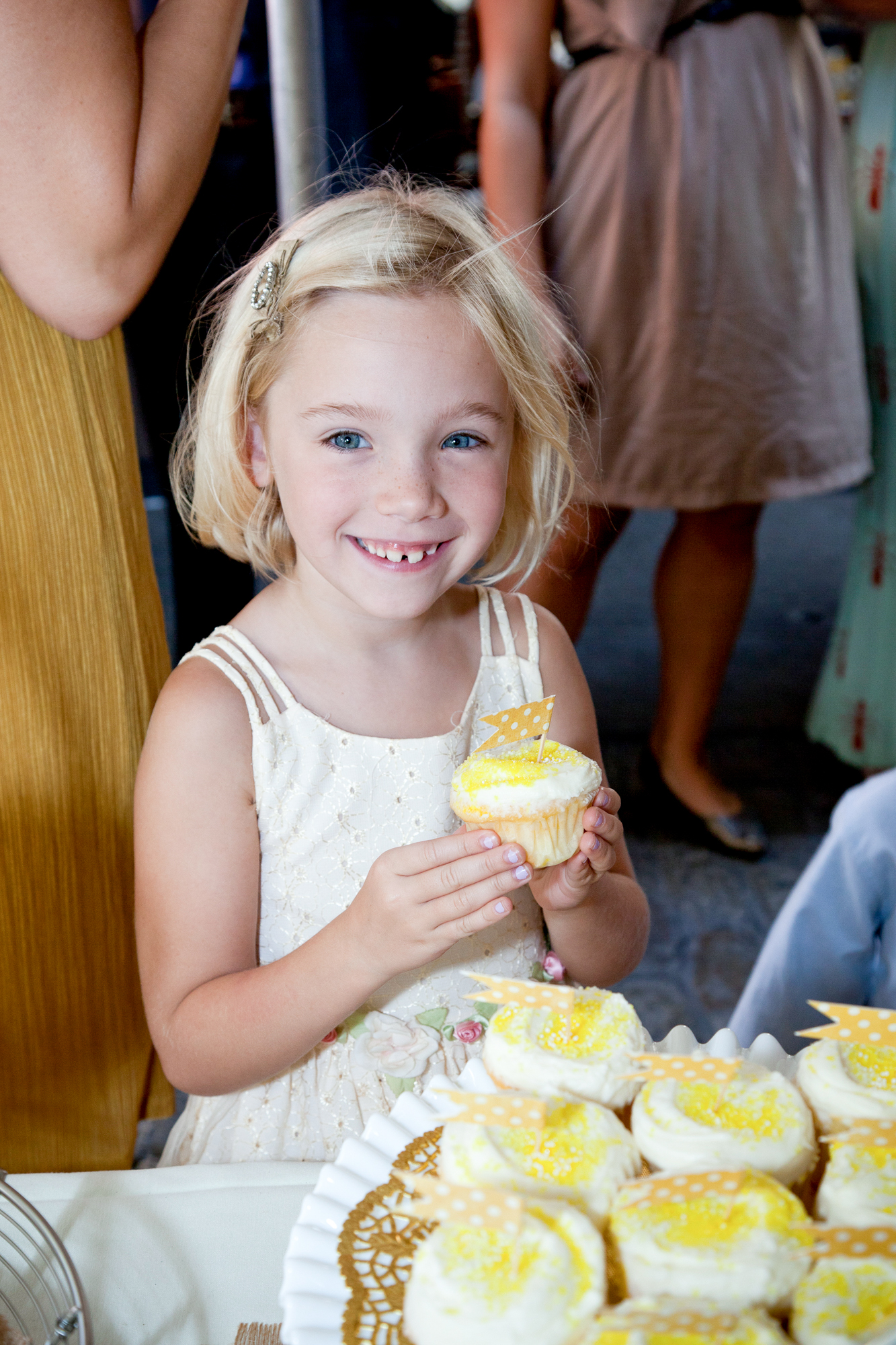 136_CarlyGaebe_SteadfastStudio_WeddingPhotography_NewYork_Brooklyn_CarollGardens_Frankies457Spuntino_Dessert_Cupcake_Flowergirl_Kid_Yellow.jpg
