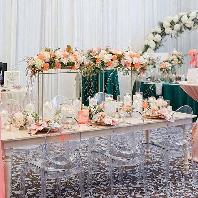 Something Borrowed!!! How stunning is this?!?! We love seeing the Pantone color of the year featured in this tablescape - Living Coral.  Bravo!!!! Florist, dinnerware, rentals and lead designer: @surroundings.ef  Linens: @eventessentialsmadison  Cake: @curtisandcake  Stationery: @sugarpeardesign  Rentals: @alacraterentals 📷 by @maisonmeredith