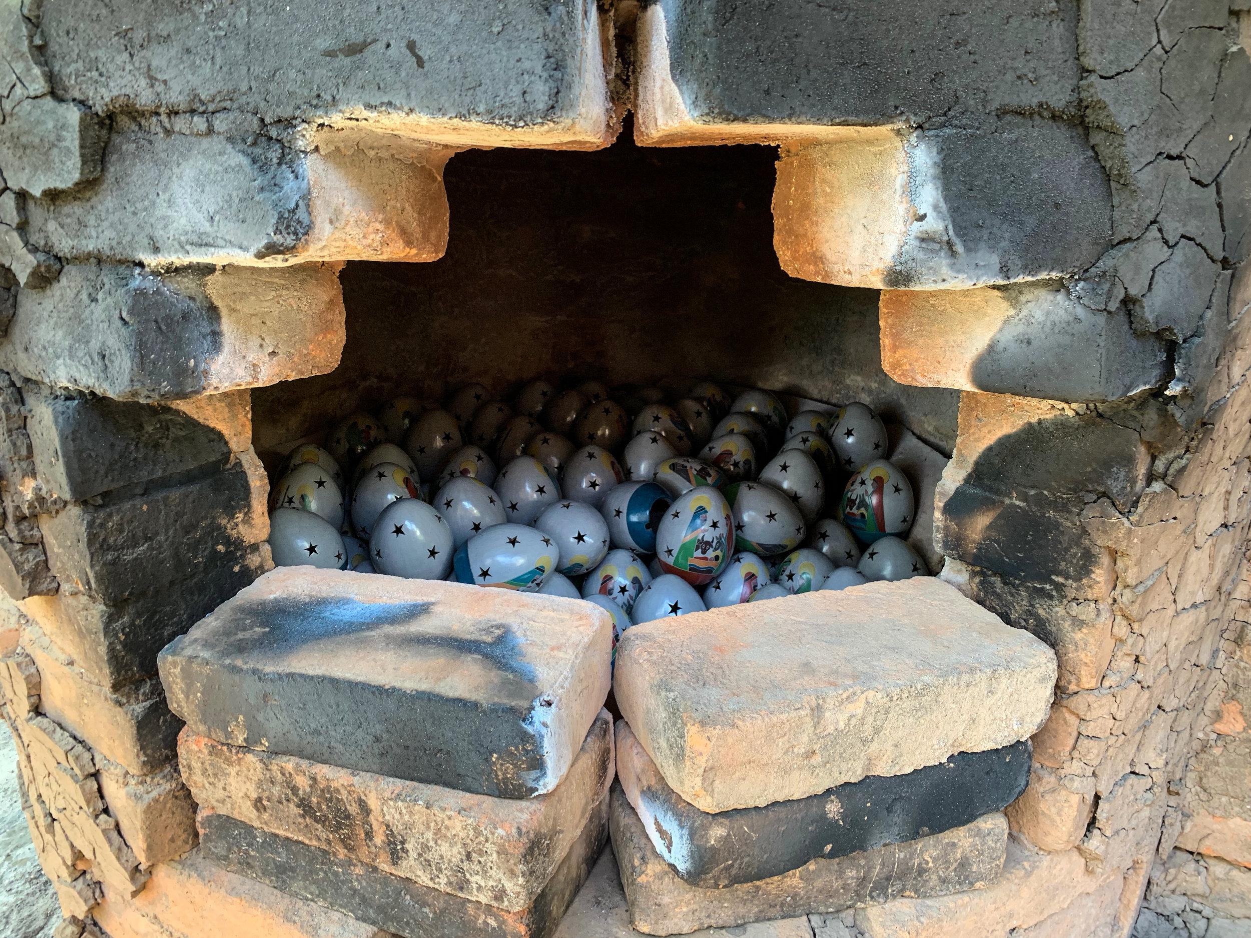 Preparing the Kiln to fire in San Juan de Oriente