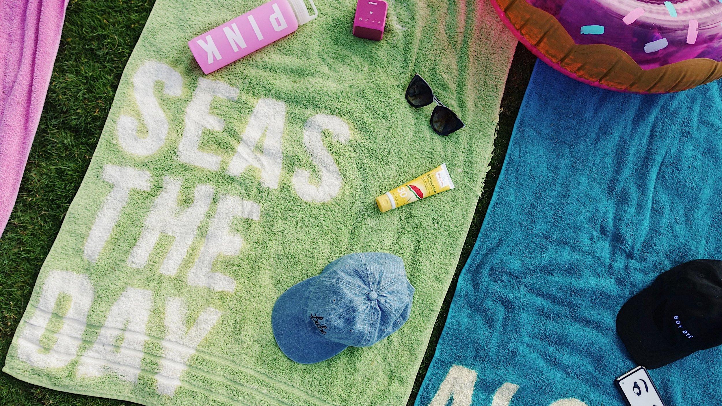 DIY Graphic Beach Towel | WWW.CONFETETIEVENTS.COM
