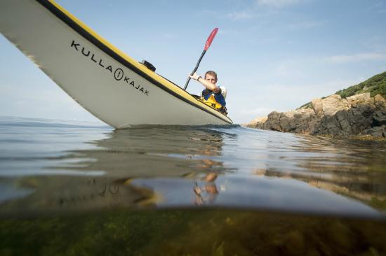 KULLAKAJAK   Kullakajak erbjuder kajakuthyrning för både singel och dubbelbåtar och även guidade turer med varierande färdighetsgrad. Att paddla kajak är lätt att lära sig och med kapabel vägledning kommer både nybörjare såväl som erfarna paddlare ut på vattnet. Nästa gång du beger dig ut i grupp eller på en team-buildning besök Kullakajak.  Läs mer >>