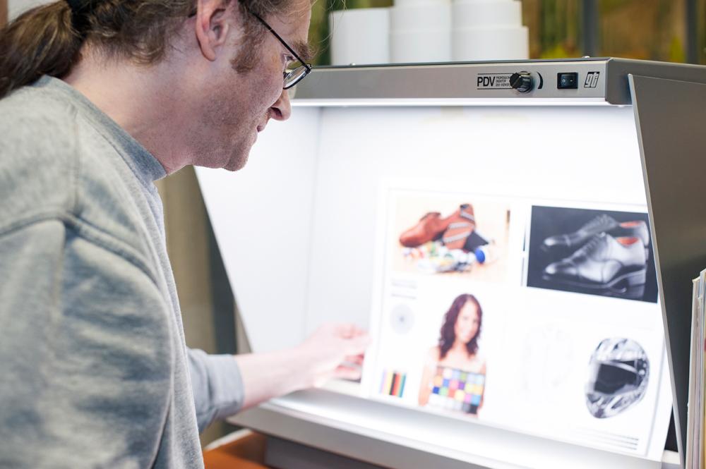 Matthias Scheurer bei der Farbbeurteilung unter Normlicht, gti PDV Professional Desktop Betrachter
