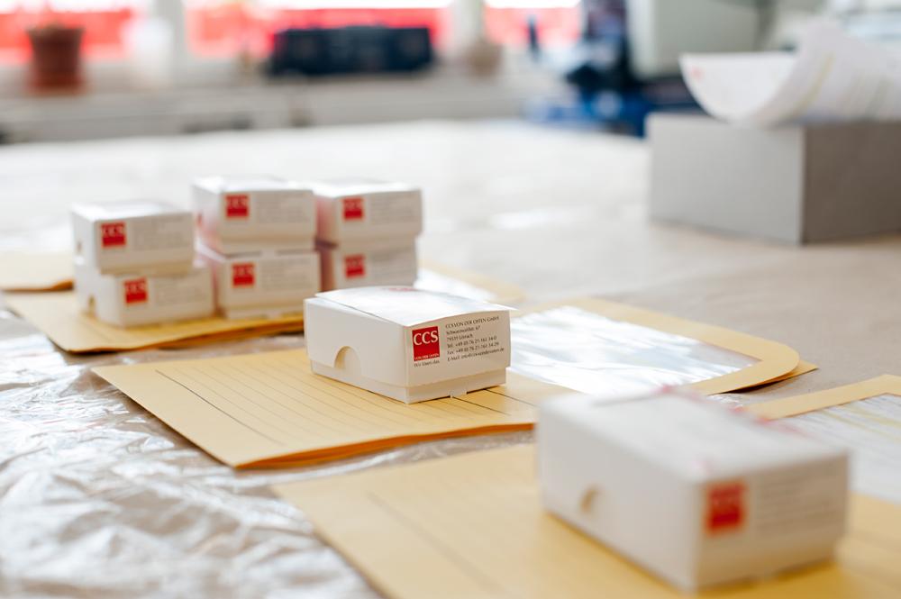Verpackte Visitenkarten mit Auftragsmappen