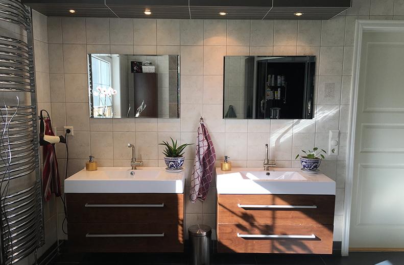 Z snickeri har designat, renoverat och byggt många badrum. Vi hjälper till redan i idéstadiet med planlösningar, val av material och diverse teknisk utrustning. Vi har lång erfarenhet av kakelsättning, värmegolv och installation/montering av diverse utrustning.